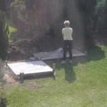 Die Steinbackofen und Gartengrill Betonfläche wird mit Wasser besprüht