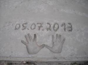 Fingerabdrücke und Erstellungsdatum auf dem Beton