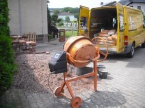 Zement Kies Wasser und Betonmischer stehen bereit