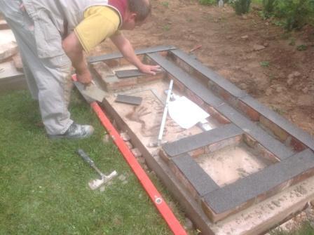 Bitumen im Mauerwerk des Gartengrills eingebaut und eingemauert