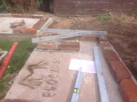 Die erste Schicht vom Gartengrillkamin wird gemauert