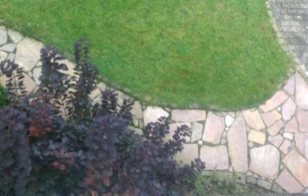 Gartenideen Polygonalplatten als Gehweg verlegt