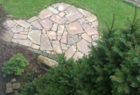 Mit Natursteinplatten Polygonal einen Gehweg im Garten