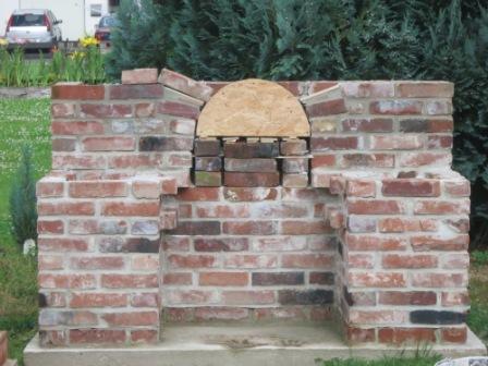 Rundbogen mit Backsteinen ummauert